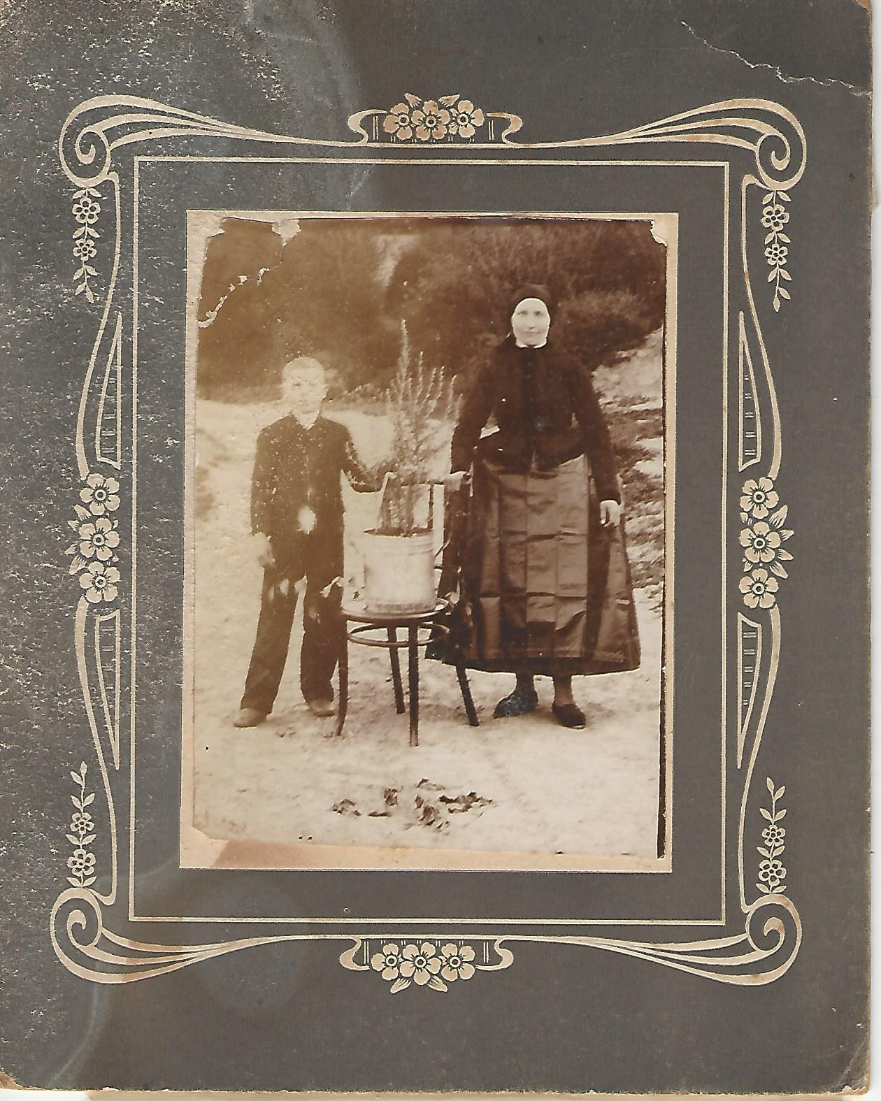 Kisfiú édesanyjával, rozmaringgal Nagykovácsiban Nagykovácsi Öregiskola Közösségi Ház és Könyvtár gyűjteménye