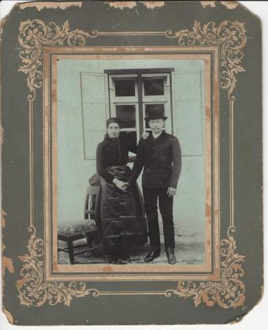 Fiatal nagykovácsi pár sváb népviseletben, a Nagykovácsi Öregiskola Közösségi Ház és Könyvtár gyűjteménye