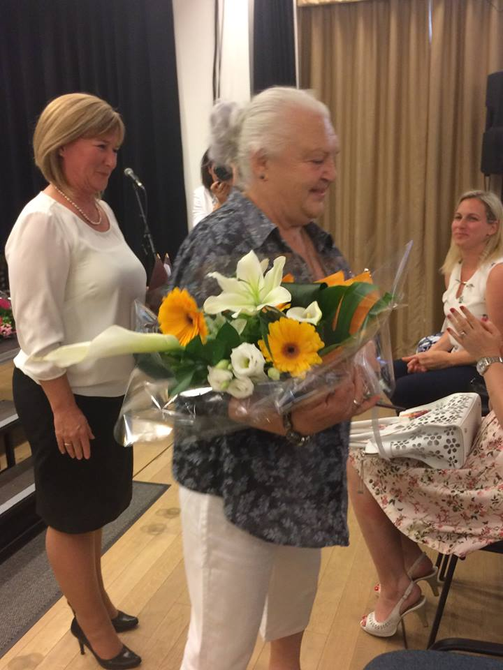A köszöntés percei. a képen középen az aranydiplomás Légrádi Lászlóné, a köszöntő Kiszelné Mohos Katalin polgármester és Szemessy Barbara alpolgármester