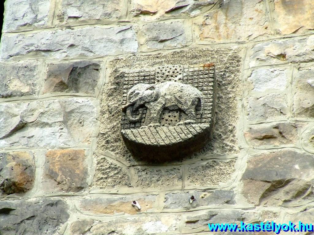 A Tisza-kastély víztornya az elefánttal Forrás:Tisza-kastély a víztoronnyal a felújítás előtt Forrás:http://www.kastelyok-utazas.hu/Webalbum/Magyar/Megyek/Budapest/Nagykovacsi-Tisza/Epulet_K/index.html#DSCF8462.JPG