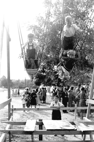 Búcsú. Hajóhinta 1955. Nagykovácsi, Kolozsvár tér, Kerekes Béla fotója