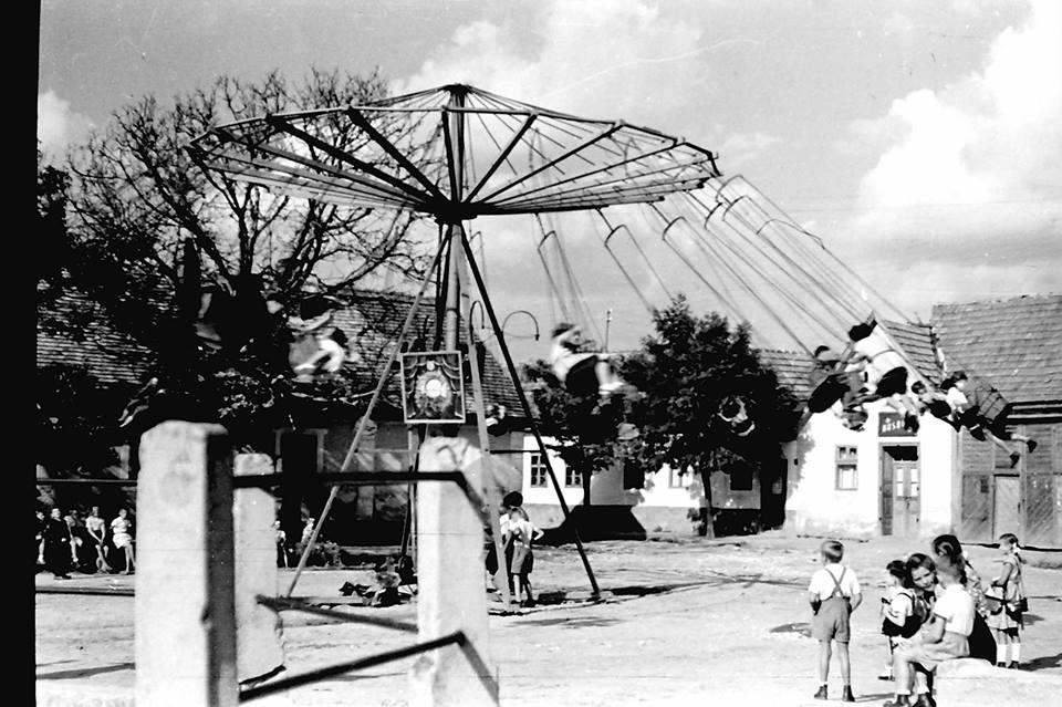 Búcsú. Röpül a körhinta 1955. Nagykovácsi, Kolozsvár tér Kerekes Béla fotója