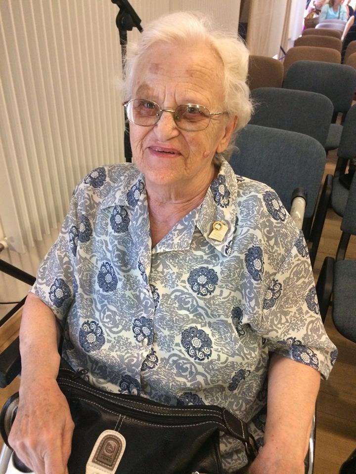 Gyémántdiplomás óvónő, 45 évig dolgozott aktív óvónőként, részt vett a fiatal óvónők gyakorlati képzésében, mint gyakorlatvezető. Jelenleg a gyermekeinél él Nagykovácsiban.