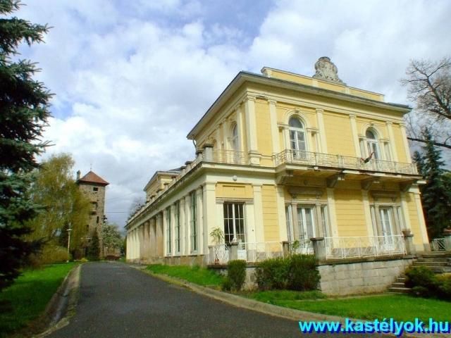 Tisza-kastély a víztoronnyal a felújítás előtt Forrás:http://www.kastelyok-utazas.hu/Webalbum/Magyar/Megyek/Budapest/Nagykovacsi-Tisza/Epulet_K/index.html#DSCF8462.JPG