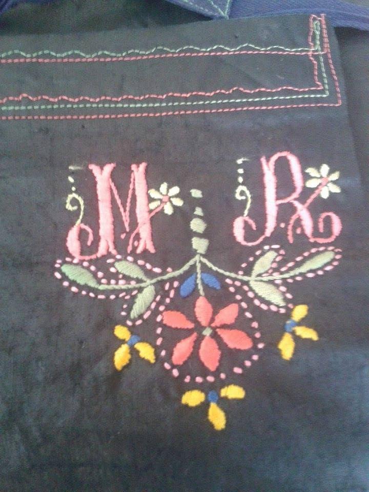 M. R. Monogram a kötényen, Az asszony köténye című kiállításhoz