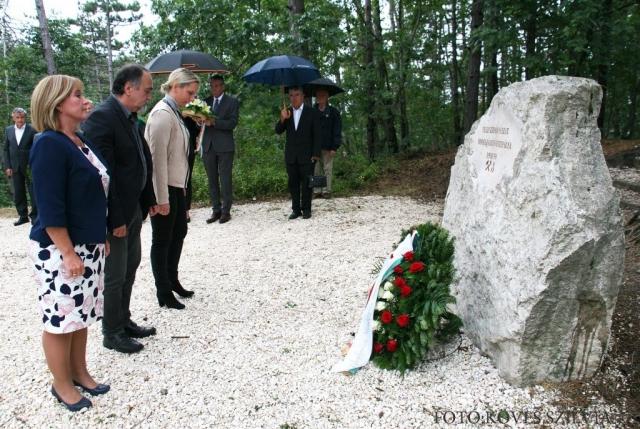 Kiszelné Mohos Katalin polgármester, Tegzes Endre önkormányzati képviselő és Szemesy Barbara alpolgármester emlékeznek Nagykovácsi bányászmúltjára 2017.