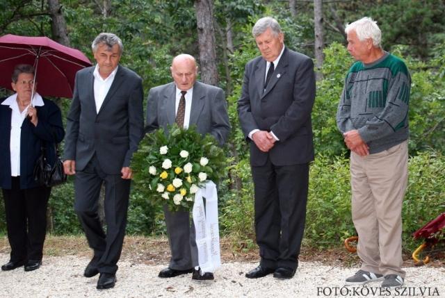 A Német Nemzetiségi Önkormányzat koszorúzásra készülve