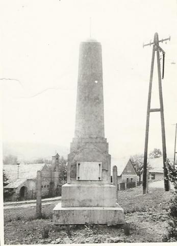 A Világháborús Emlékmű 1956. és a hatvanas évekbeli részleges felújítása közötti időszakban A képet az MTA Művészettörténeti Kutatócsoportjától kaptuk. Megjelent A Harangszó 2. évfolyam 8. számban
