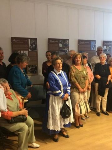 A kiállítás közönsége, középen Kiszelné Mohos Katalin polgármester asszony