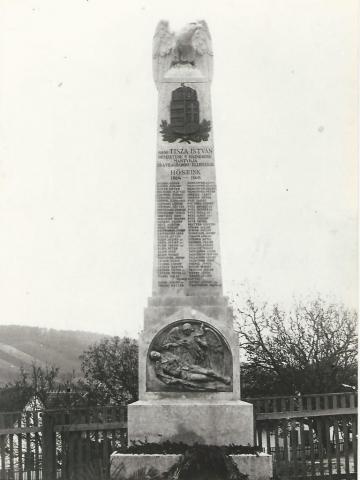 Felvétel az 1925-ben készült emlékműről, a negyvenes évek elejéről. A képet Honvári Sebőné Probszt Borbála bocsátotta a helyreállítók rendelkezésére 1989 őszén