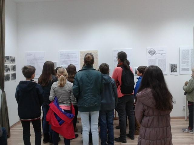 A 32 sor kiállítás iskolai látogatói 2017. november 9-10. A levél