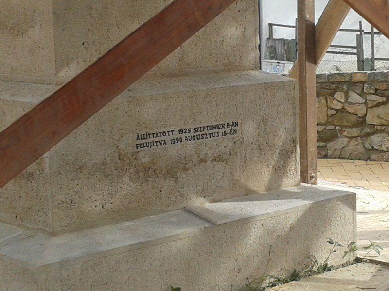 A hátsó oldal felirata a lábazat felett 2017. októberében a felújítás idején