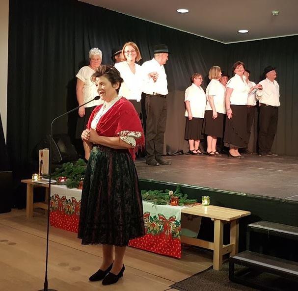 Szeltnerné Winhardt Ildikó a tánc betanítója, az ÉMNÖSZ irodavezetője