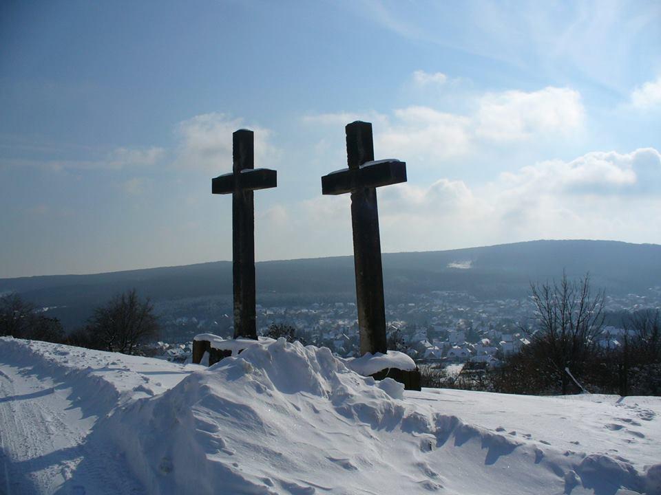 A két kereszt a hóban Barnai Viola felvétele