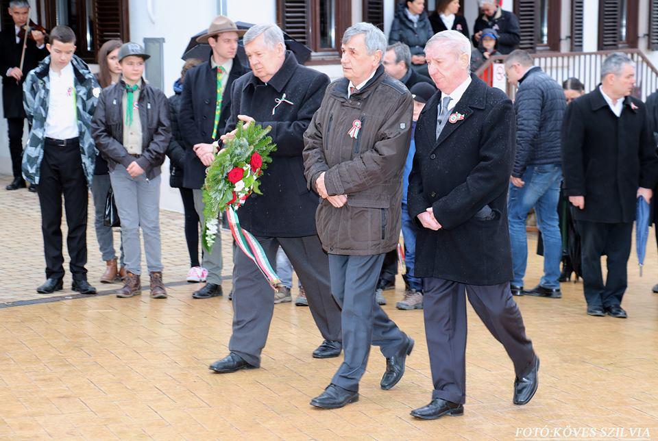 A Német Nemzetiségi Önkormányzat és Közösség koszorúz