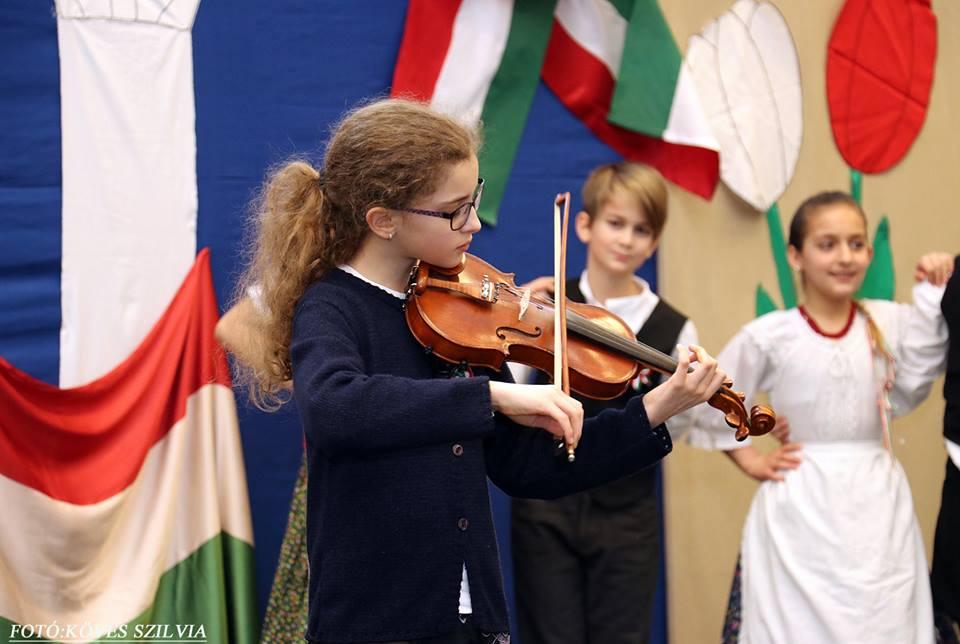 Hegedűszó az iskolai műsorban 2018. március 15.
