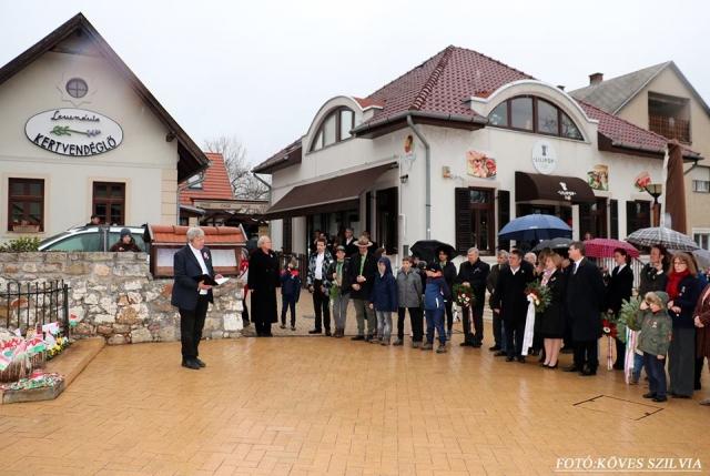 Kemenes Gábor plébános úr köszönti a koszorúzókat, majd közös imádságot tart
