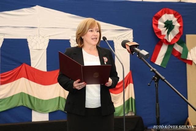Kiszelné Mohos Katalin polgármester asszony ünnepi beszédet mond