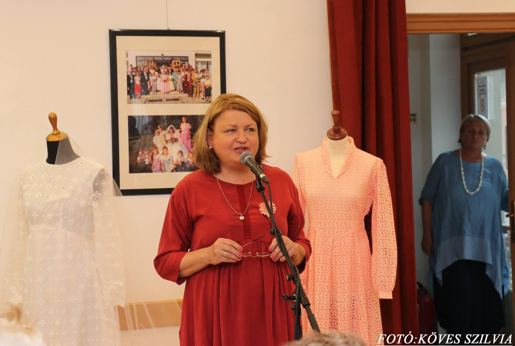 A kiállítás keletkezésének részleteit ismerteti G. Furulyás Katalin
