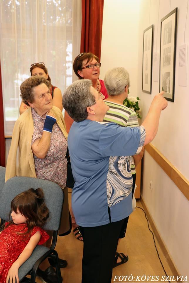 A látogatók birtokba veszik a kiállítást