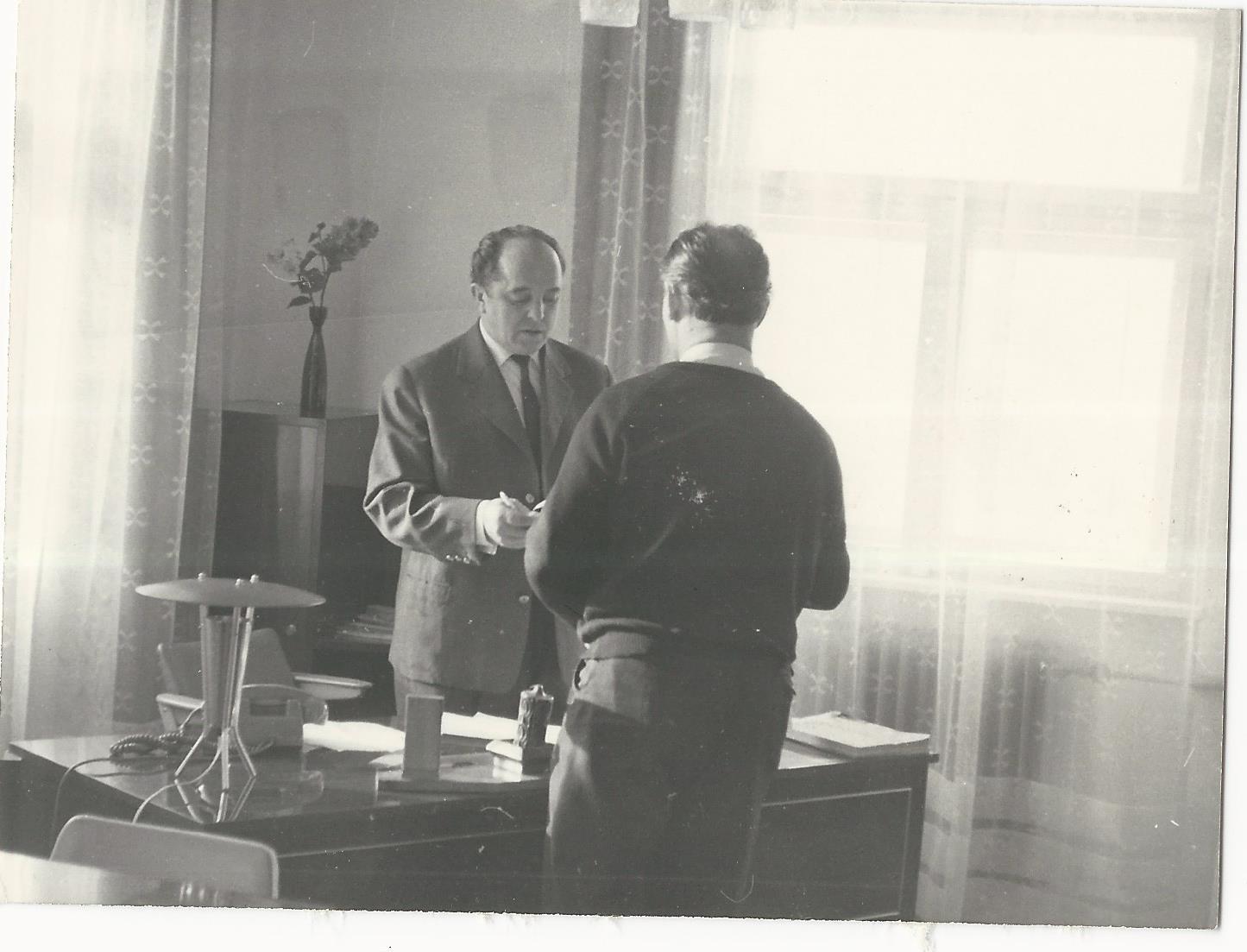 Kovács Lajos tsz-elnök az elnöki irodában Községi Krónika 1968