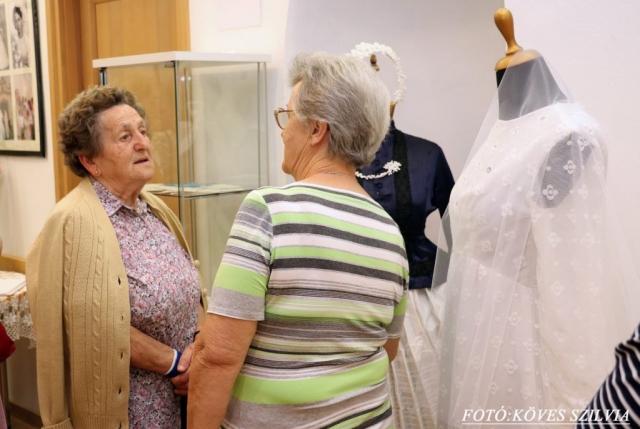 Pitz Terike néni ; az ő esküvői fotójuk szerepel a kiállításon