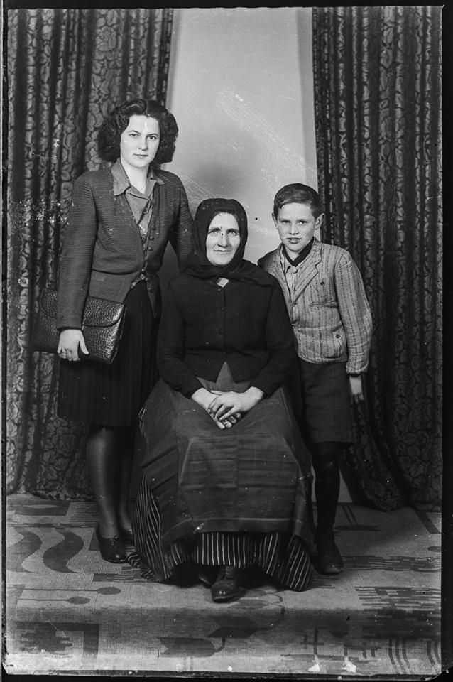 Budakeszi id. de Ponte József üvegnegatívjai A nagymamával, mama még viseletben