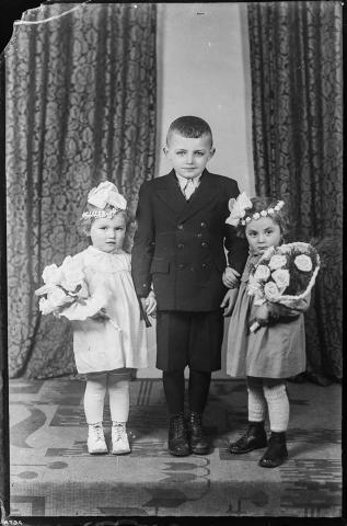 Budakeszi id. de Ponte József üvegnegatívjai Három gyermek virágokkal