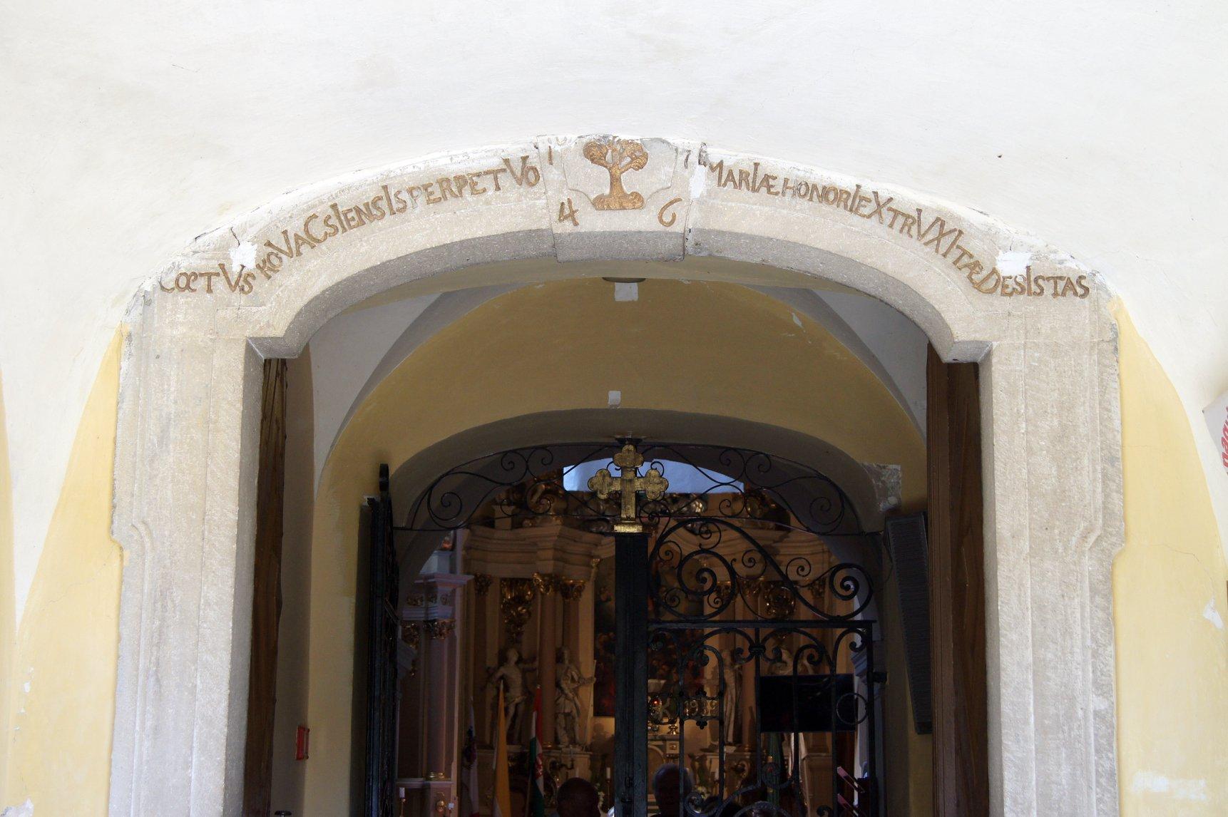 A kapu záróívére került kronosztichon és a zárókövön az évszám 2018. június 30.