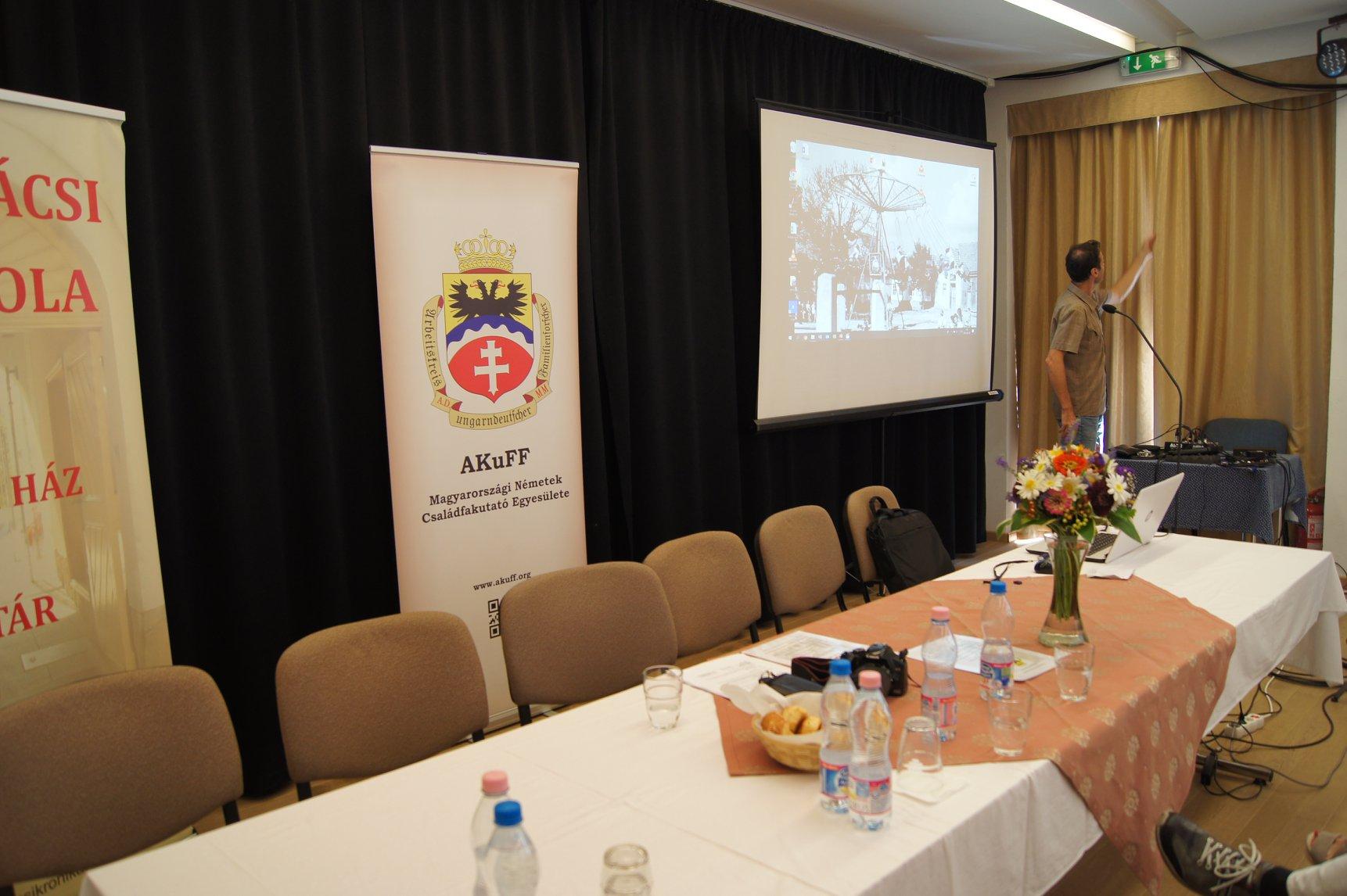 A konferencia várja a vendégeket Huber Éva fotója