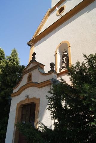 Az Immaculata-szobor a bejárat feletti szoborfülkében 2018. június 30.