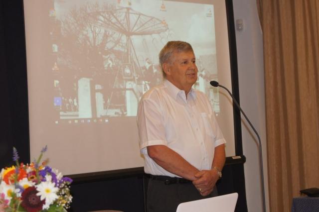 Dr Kohut József a Német Nemzetiségi Önkormányzat elnök helyettese üdvüzli a hallgatóságot Nagykovácsiban Huber Éva fotója
