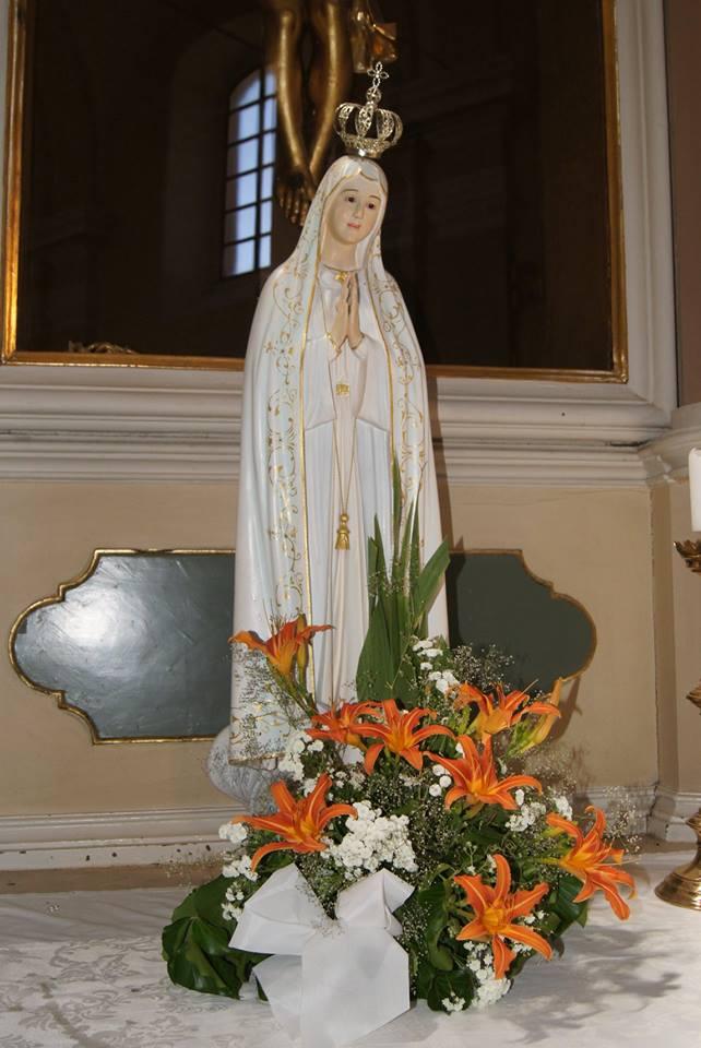 Mária-szobor a Szent Kereszt oltár előtt 2018. június 30.
