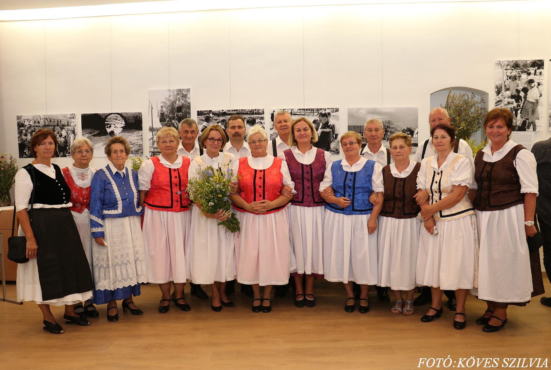 A Német Nemzetiségi Önkormányzat és Közösség hagyományörző csoportja a búcsúra elkészült Trachtban a megáldott virágokkal
