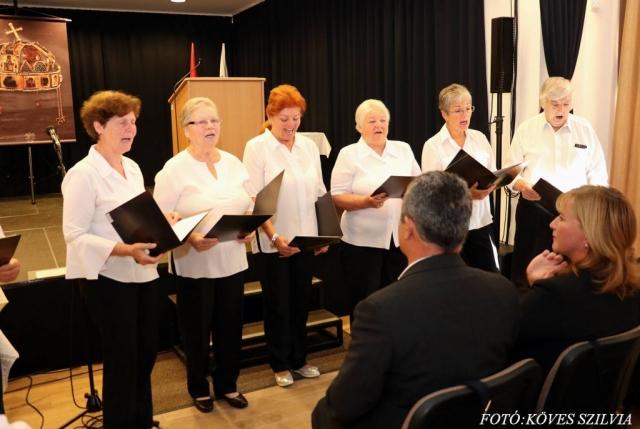 A Nyugdíjas klub kórusa aratónótákat énekel 2018. augusztus 20.