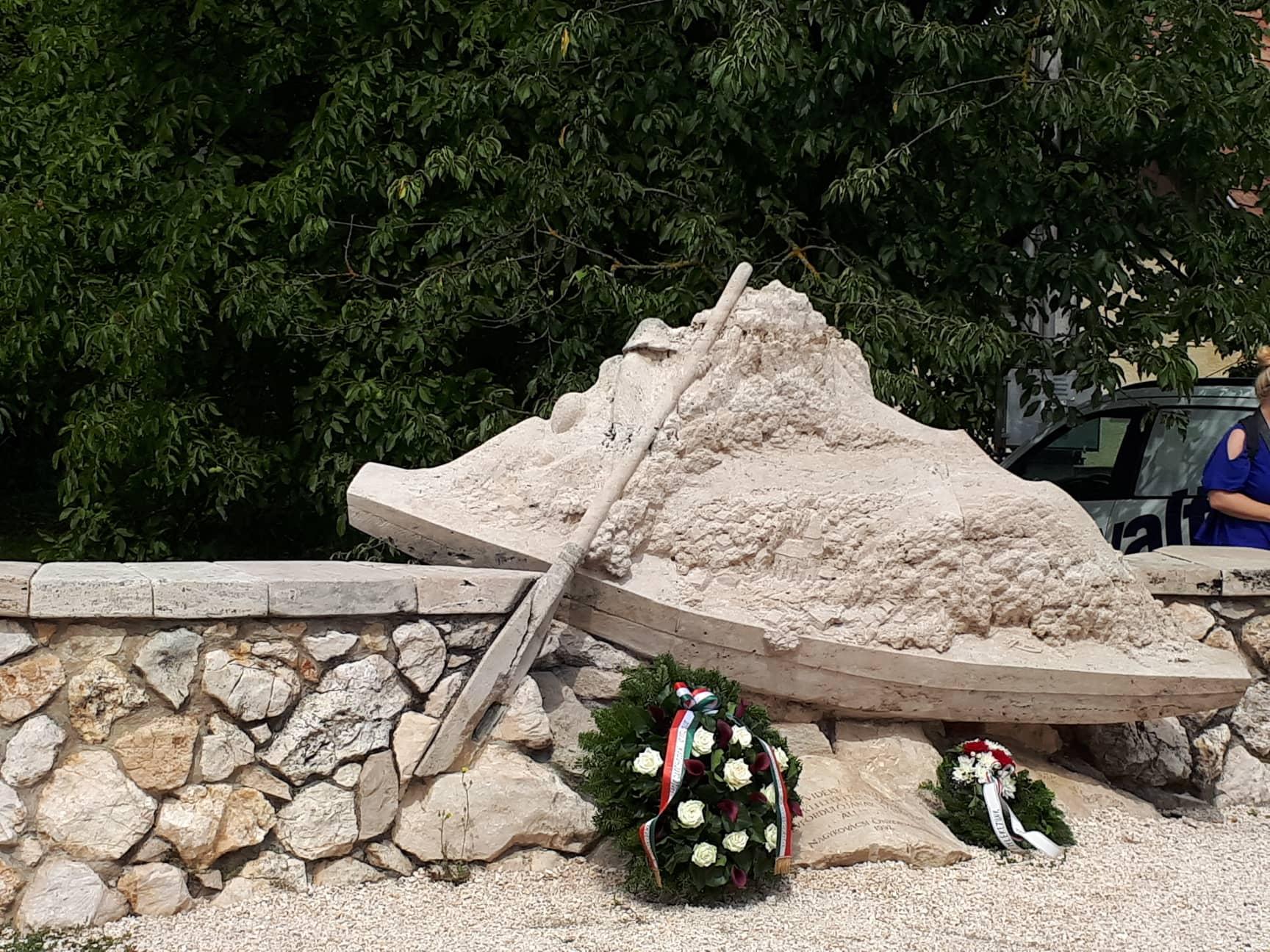 A koszorúkkal feldíszített emlékmű 2018. augusztus 11.