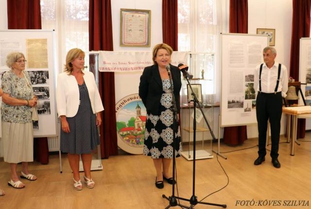 G. Furulyás Katalin a kiállítás kurátora mutatja be a kiállítást