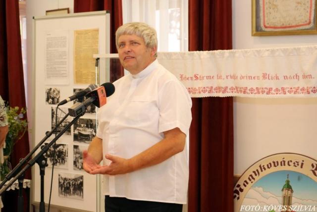 Kemenes Gábor atya intézett szavakat a hallgatósághoz a búcsú egyházi, eredeti jelentését erősítve