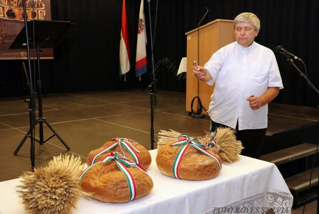 Kemenes Gábor atya megáldja az új kenyereket 2018.