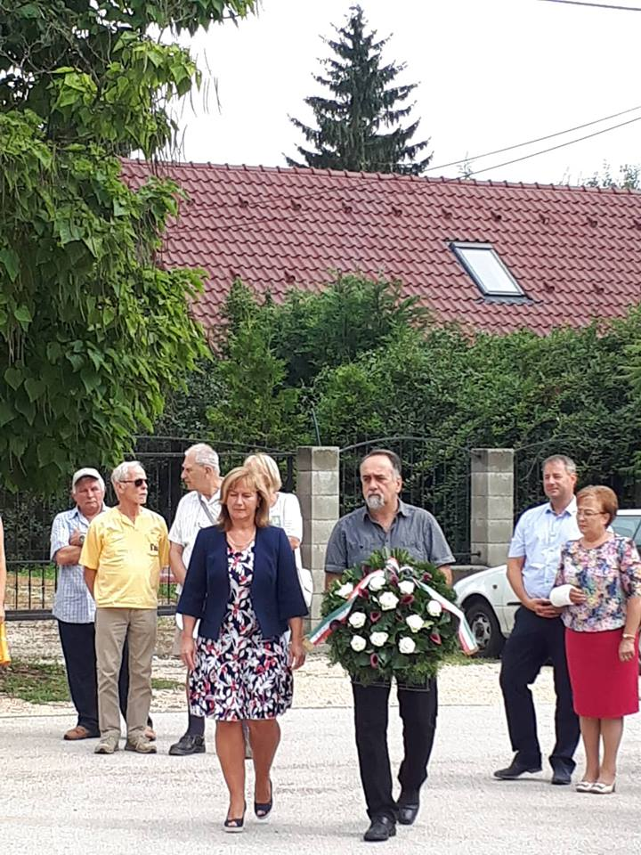 Kiszelné Mohos Katalin polgármesterasszony és Tegzes Endre képviselő úr koszorút helyez el a nagykovácsiak tisztelete jeléül