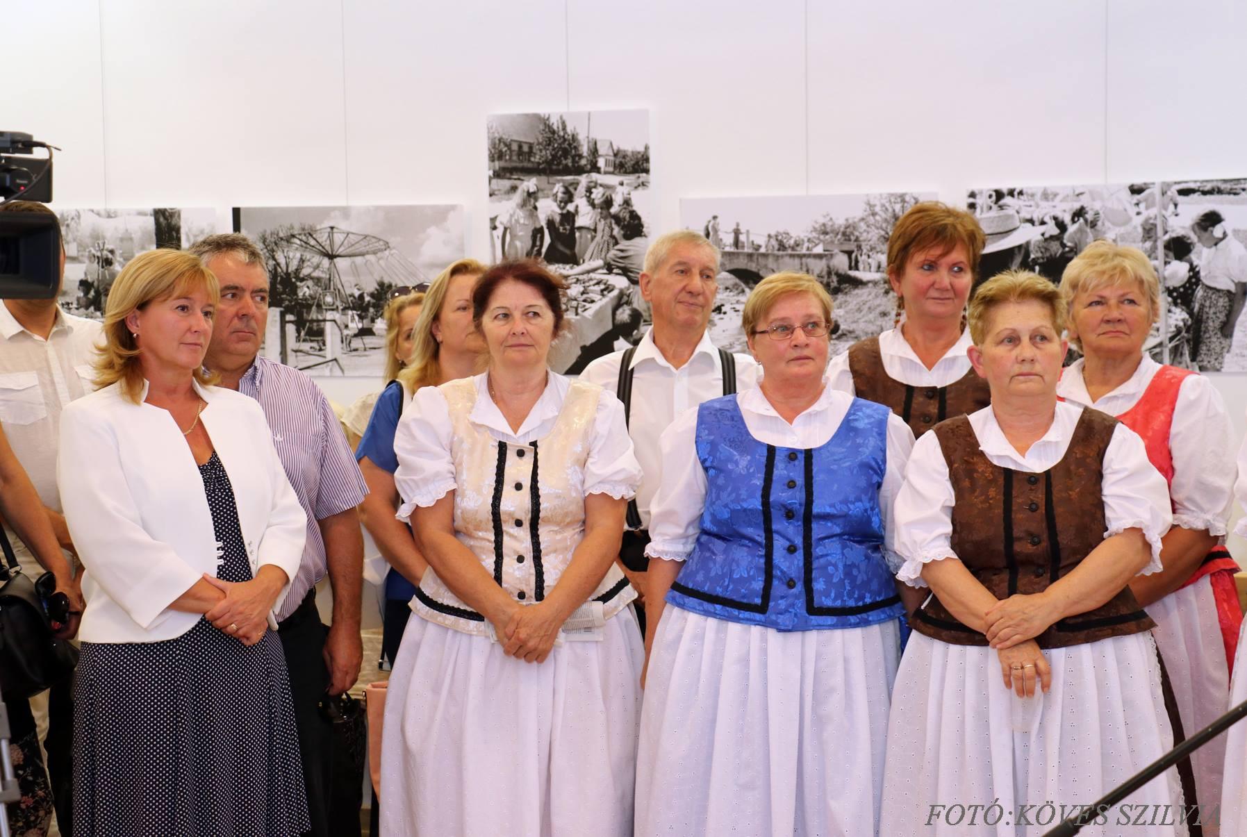 Kiszelné Mohos Katalin polgármesterasszony és a tánccsoport, a búcsúra elkészült új viseleteben