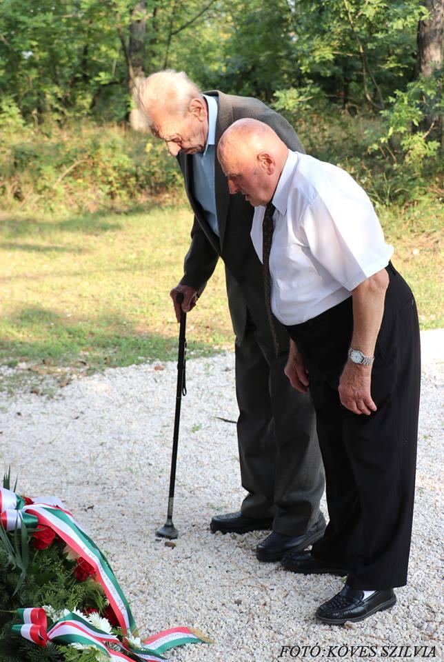 Főhajtárs a nagykovácsi bányászat és a bajtársak emléke előtt 2018.