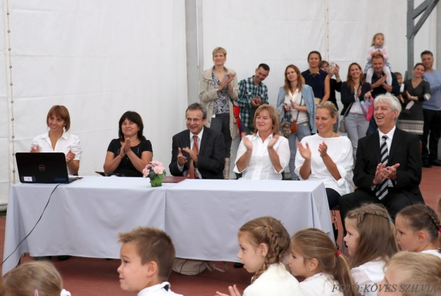 Elnöki asztal a 2018-as évnyitón, balról: Dér Vikrória igh, Gáspár Nelli a Zeneiskola igazgatója, Fehér Imre iskolaigazgató, Kiszelné Mohos Katalin polgármester asszony, Szemesy Barbara alpolgármester, Reindl Gyula igh.
